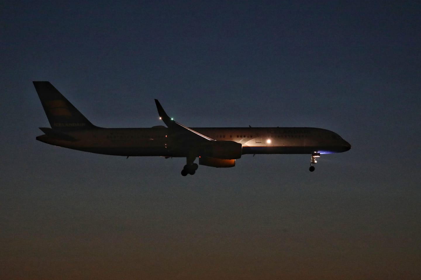 Night landing of Icelandair Boeing 752 TF-ISD in Sheremetyevo, Moscow during World Cup 2018 on 15.06.18 // Source: Alexander Bukin