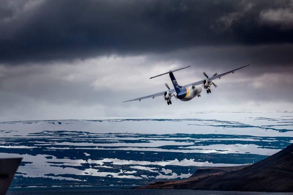 Air Iceland Connect Bombardier Dash 8 Q200 TF-FXK is departing from Ísafjörður // Source: Pilot Pirks