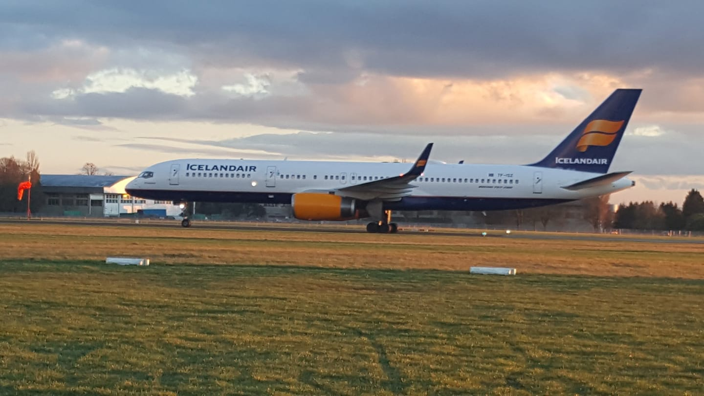 Icelandair Boeing 757-200 reg. TF-ISZ in its final destination after landing in Cotswold airport, UK // Source: @MariaMcGuinne3 (Twitter)