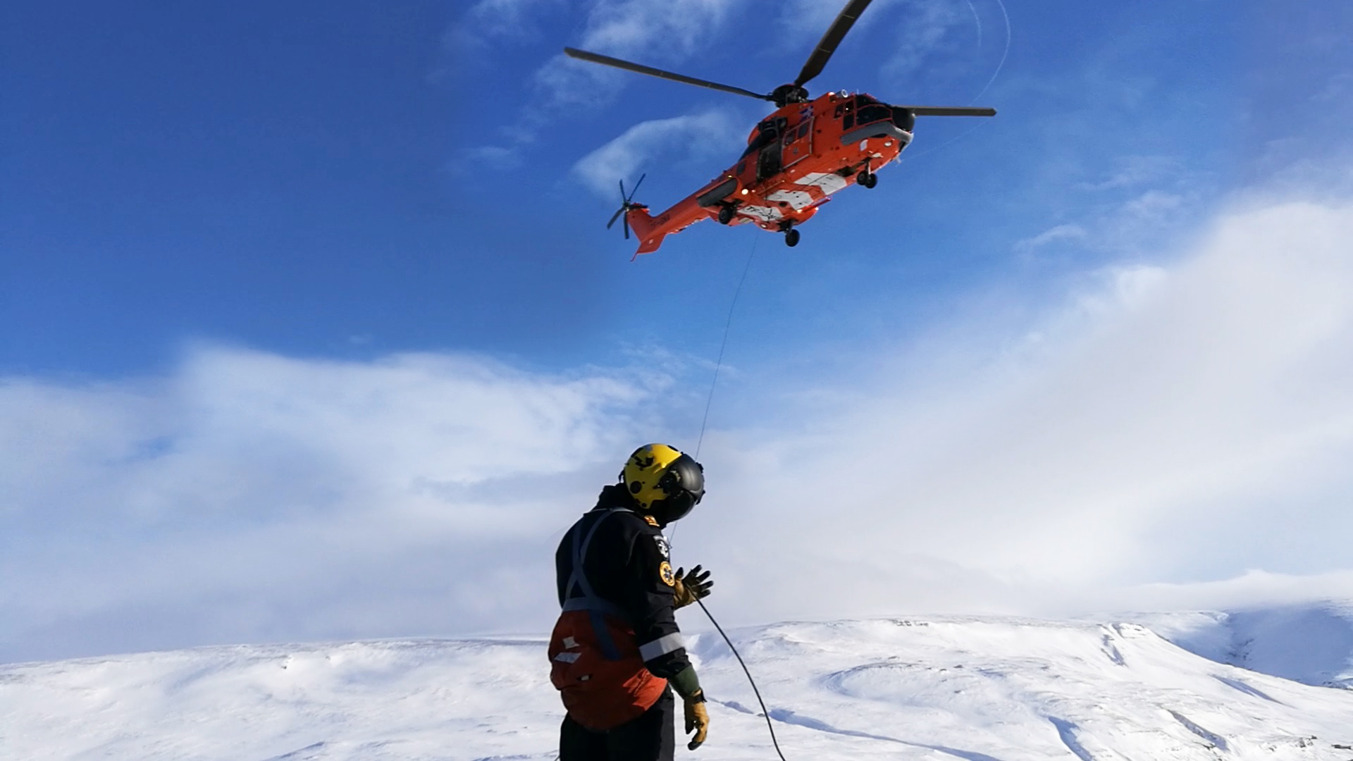 Rescue man Gísli Valur Arnarson works with hoist of ICG Aérospatiale AS.332 (reg. TF-GNA) // Source: Flugblogg