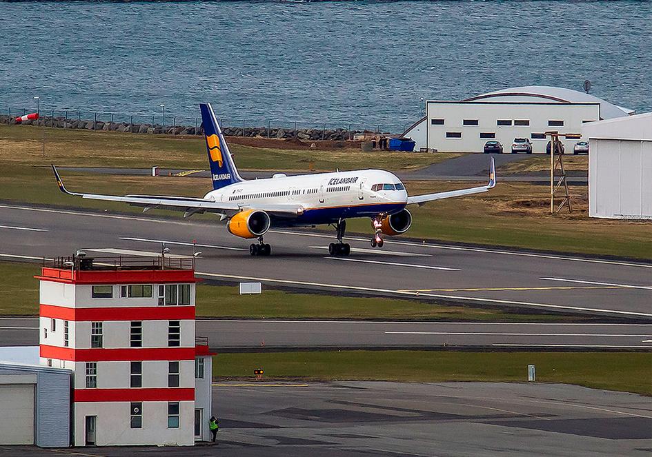 Icelandair Boeing 757 is departing from Reykjavik airport // Source: Karl Georg Karlsson