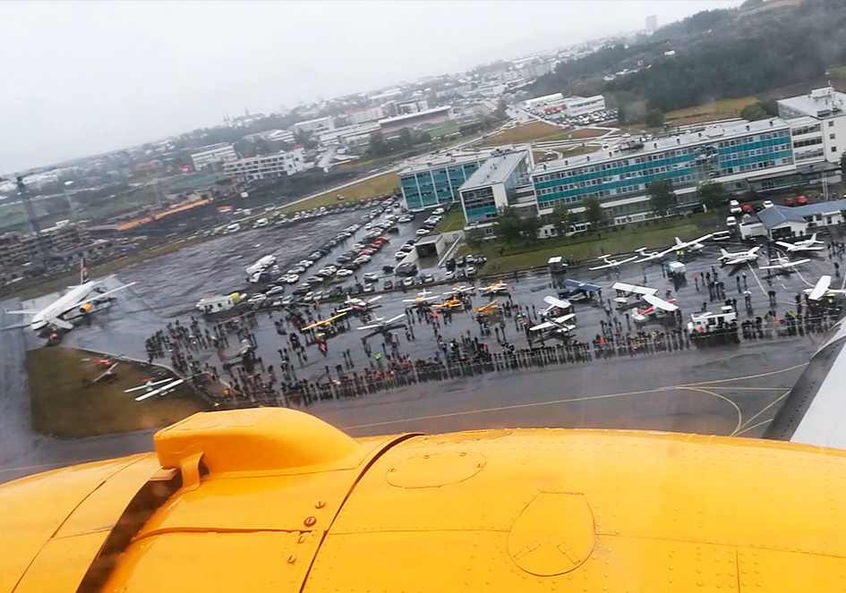Reykjavik Airshow 2018 from the cabin of flying Icelandair DC-3 (reg. TF-NPK) // Source: Flugblogg
