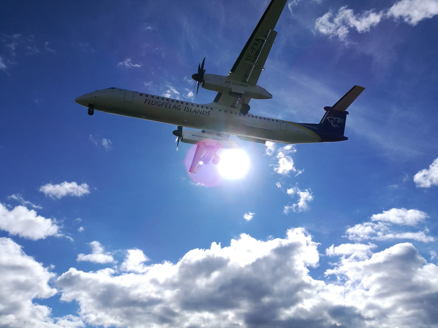 Bombardier Dash 8 Q400 TF-FXA approach during Air Iceland Connect flight FXI2234 from Kulusuk, Greenland, to Reykjavik // Source: Flugblogg
