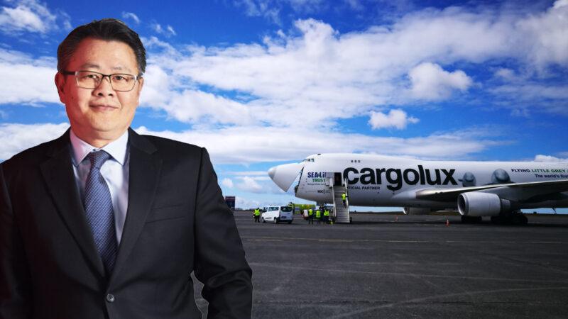 "Cargolux CEO Richard Forson and Cargolux Boeing 747-400 ""Sea Life"" LX-ECV // Source: Flugblogg"