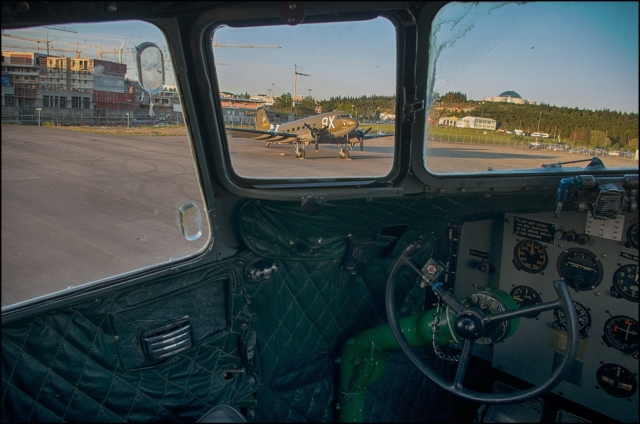 D-Day Squadron C-47 N-150D is seen from the cockpit of Icelandair DC-3 TF-NPK in Reykjavik airport (BIRK) // Source: Adam Ertu ToZiemski