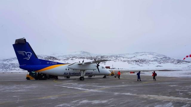 Air Iceland Connect Bombardier Dash 8 Q200 reg. TF-FXG unloading after performing flight FXI439 from Reykjavik (BIRK) to Ilulissat (BGJN) // Source: Kamil Krzywdzinski