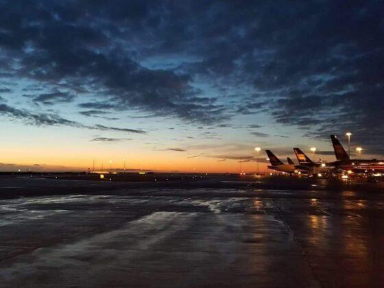 Spectacular sunset in Keflavík (BIKF) and a row of Icelandair tails // Source: Łukasz Bednarski