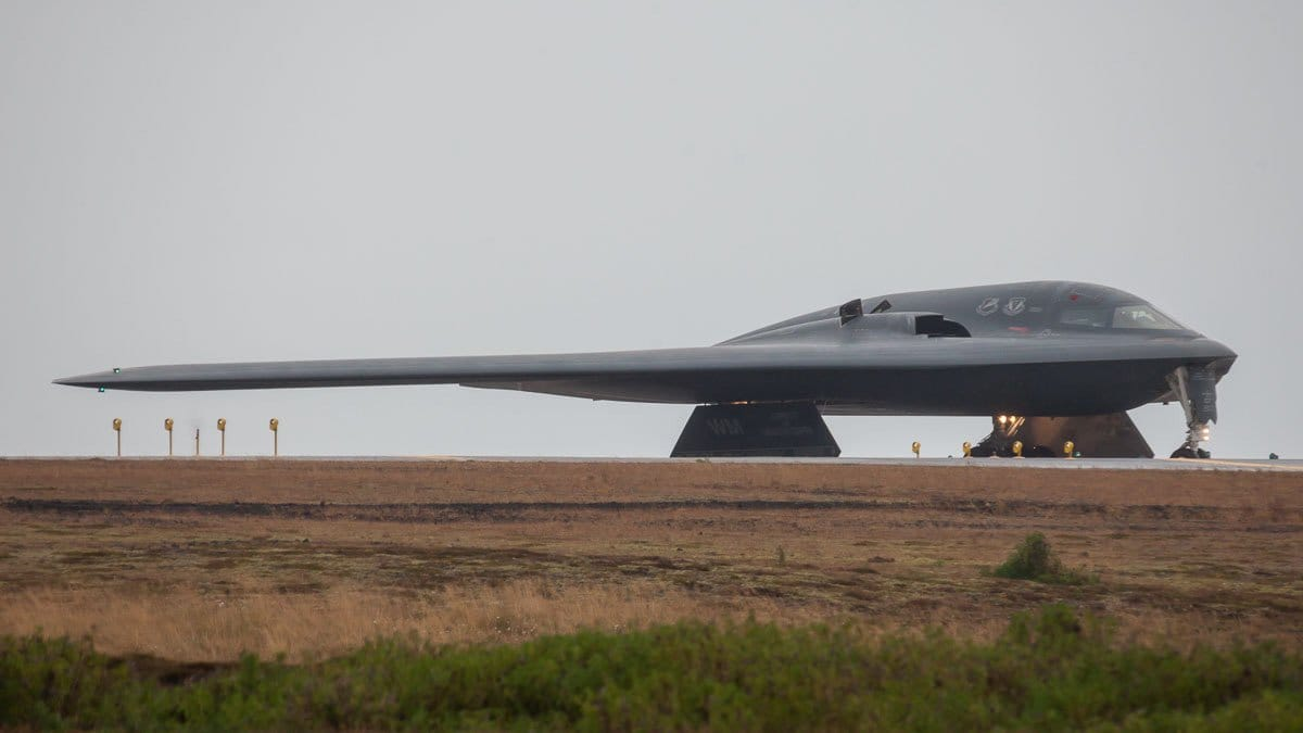"Northrop B-2 Spirit 82-1071 from US Air Force 13 Bombing squadron 509 Bombing wing, ""Whiteman"" DEATH13 ""Spirit of Mississippi"" is departing from Keflavik (BIKF) in terms of hot refuelling training mission // Source: Eggert Norðahl"