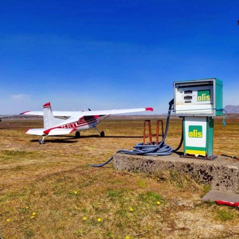Cessna 185F reg. TF-ELX on Sandskeið aerodrome (BISS) in July // Source: Smári McCarthy