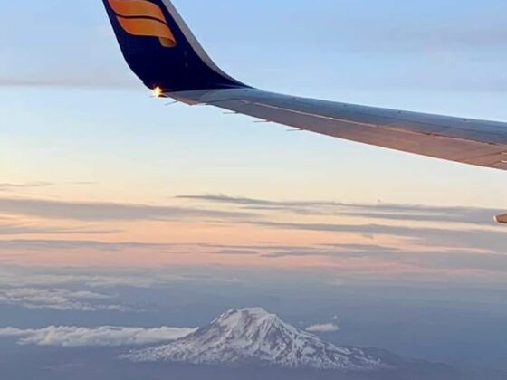 The mountain Adams near Washington, the US, could be seen from Icelandair Boeing 757-200, performing flight ICE662 from Portland (KPDX) to Keflavik (BIKF) // Source: Ólafur Gunnarsson