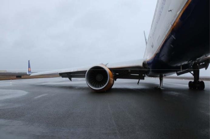 Icelandair's Boeing 757-200 reg. TF-FIA expreinced gear's collapse in Keflavik // Source: RNSA