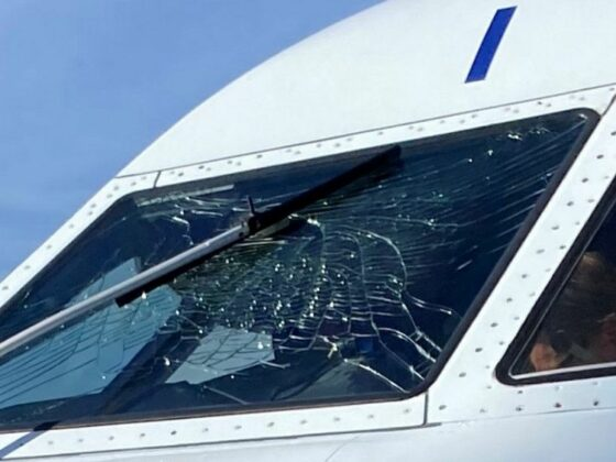 The crack in the windshield of Air Iceland Connect Bombardier Dash 8 Q400 TF-FXI // Source: RÚV (Bozena Teresa Bial)