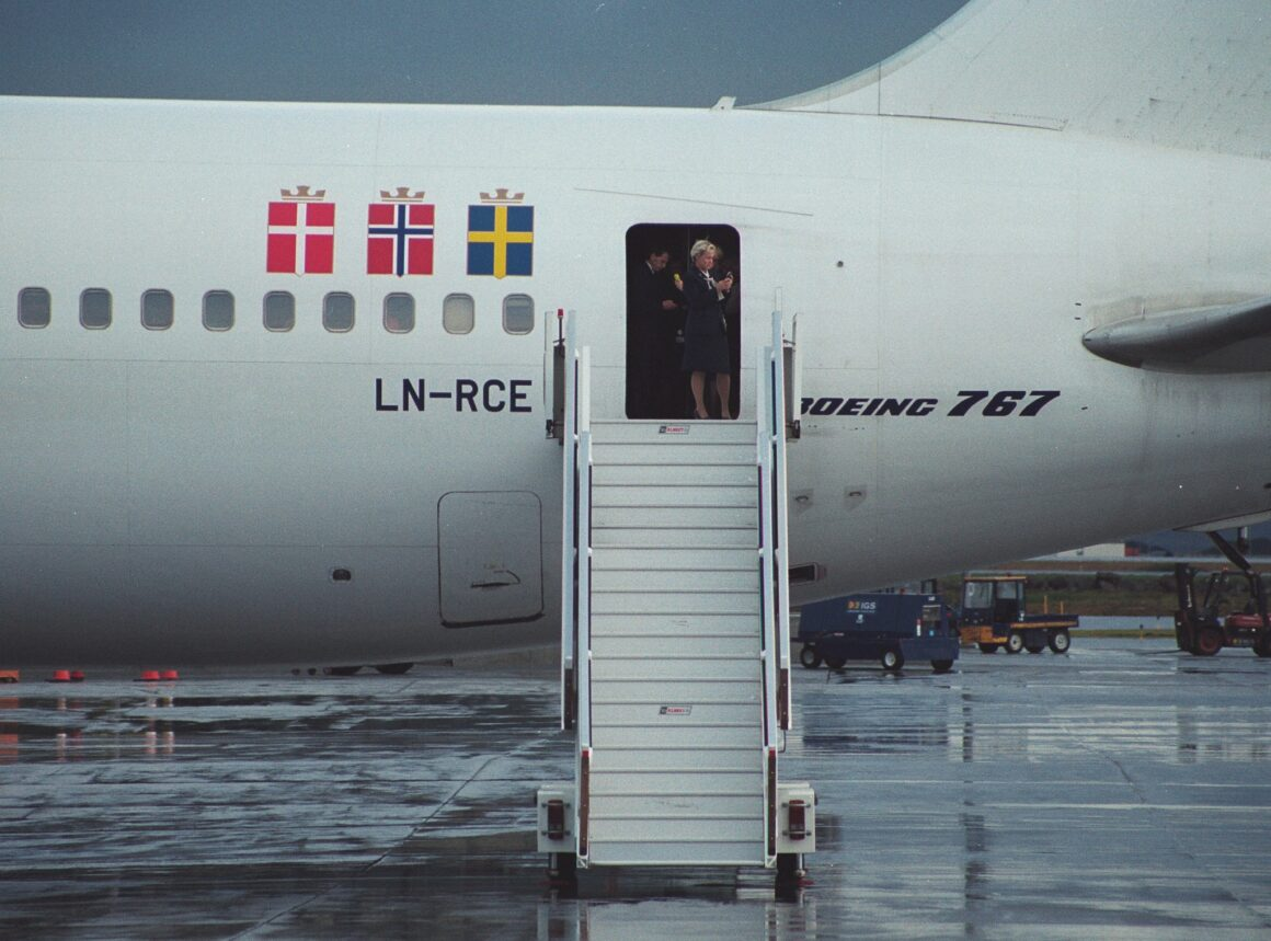 """SAS airlines crew send SMS from Boeing 767-383ER reg. LN-RCE (""""Aase Viking"""") which stoped for refuelling in Keflavik before return to Europe because of the closure of New York airpsace on 11 September 2001 // Srouce: Ásgeir Sigurðsson"""